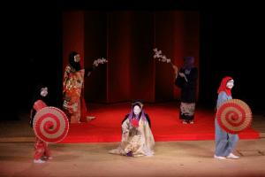 面をつけ和装で踊る女性達