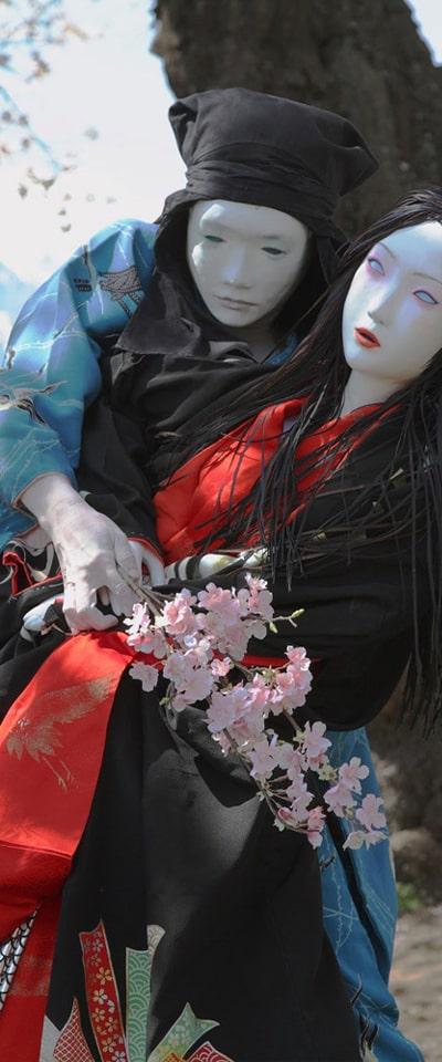 花を片手に踊る男女